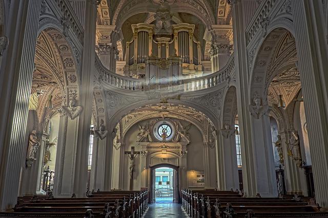 světlo v kostele