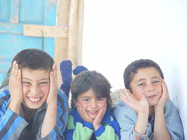 skupina malých dětí šklebících se do kamery