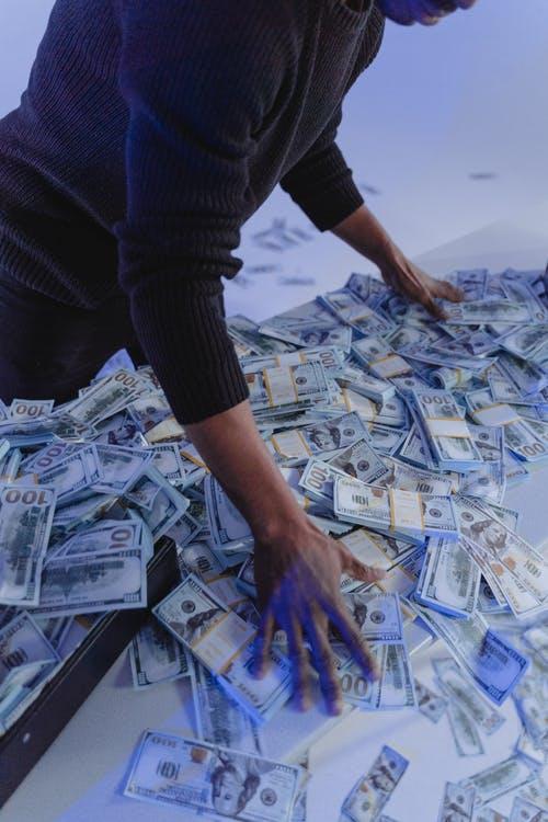 muž peníze hromada